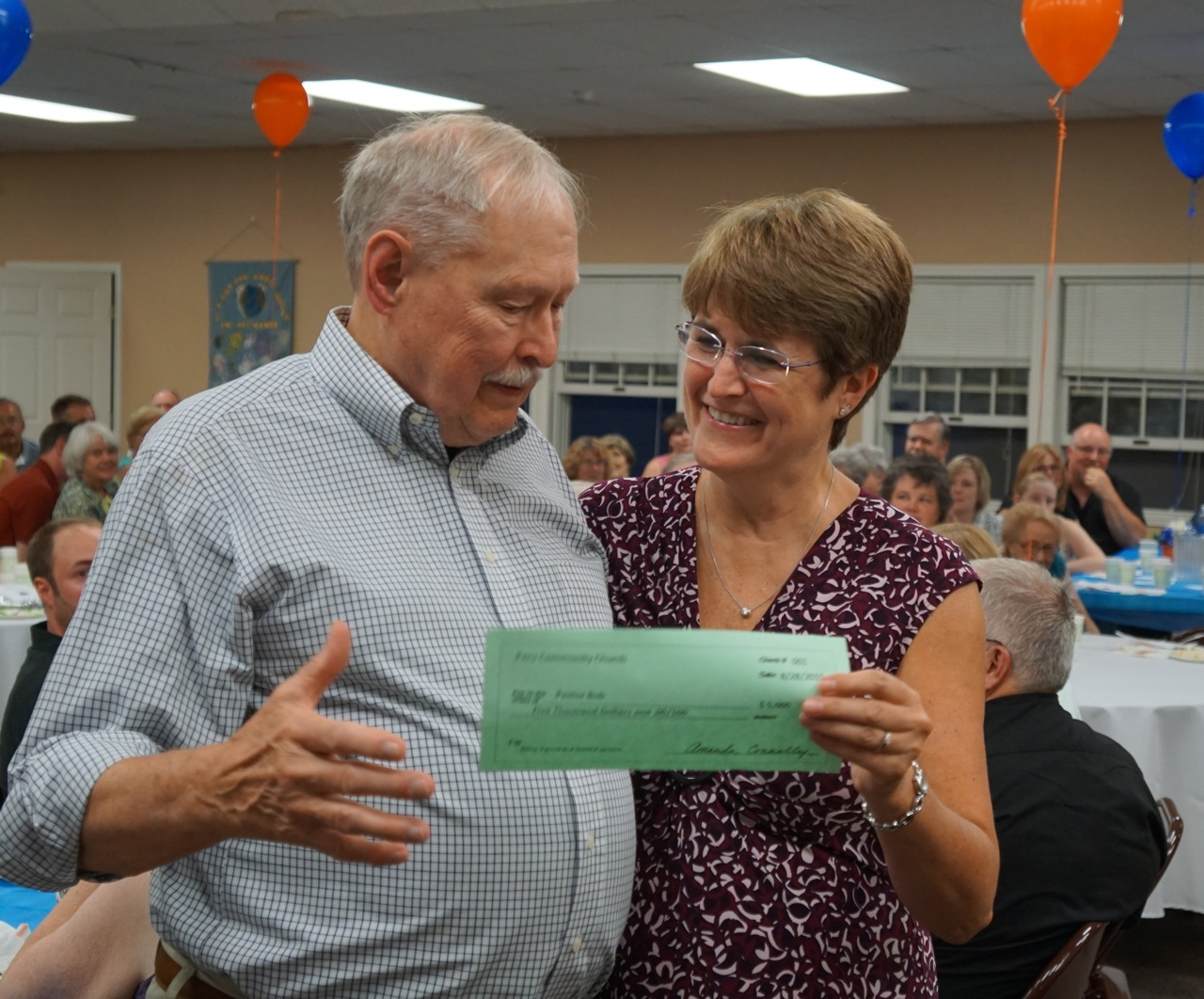 Rev. Svenson receives a parting gift from dinner chair Cindy LaFountain